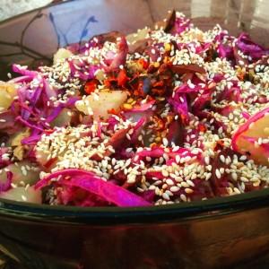 Компир салата со црвена зелка и сусам (посно)