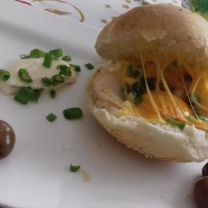 Печен сендвич со чедар,јајце и шунка
