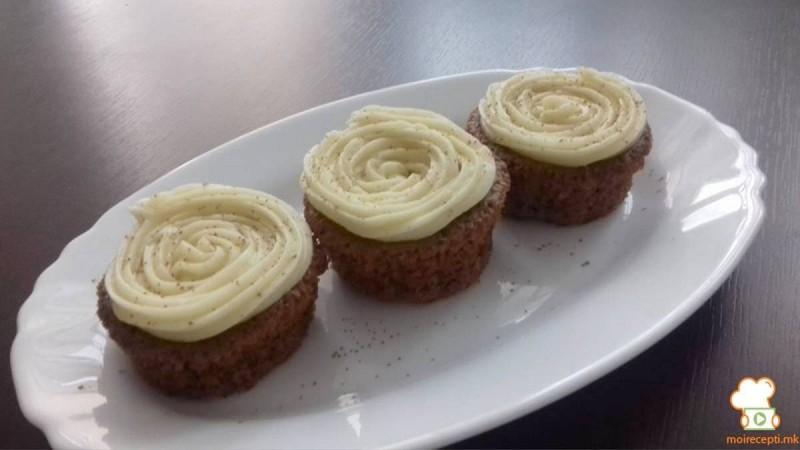 Чоколадни мафини со ванила путер крем