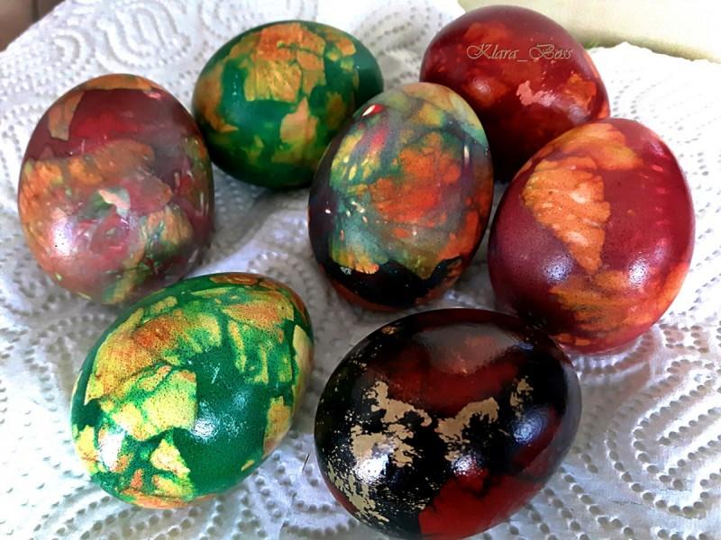 Боење/шарање велигденски јајца со лушпи од кромид