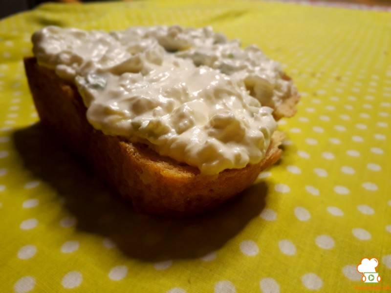 Намаз/салата со сирење, праз и лути пиперчиња