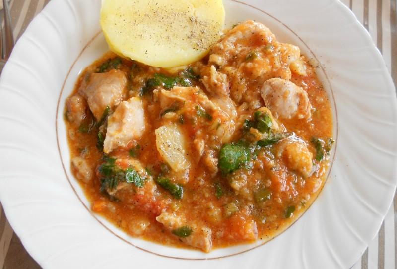 Сочно пилешко месо во сос од домати и целер