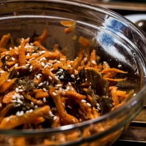 Морков салата со црни печурки