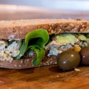 Ржан сендвич со намаз од наут и урда