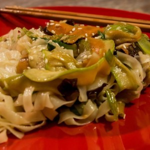 Оризови резанци со зеленчук (кинеско)