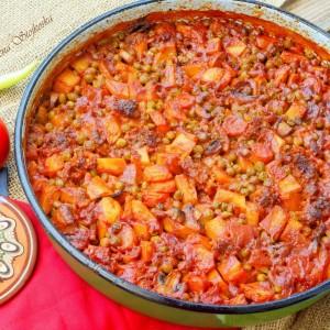 Зеленчукова тава со печурки и коцки мелено месо