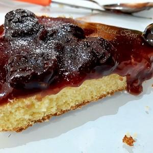 Торта со црвен овошен прелив