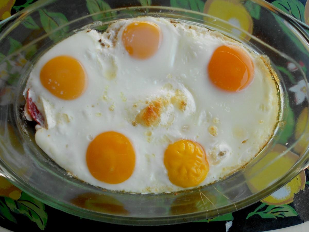 Појадок од запечени  јајца  сирење  домати