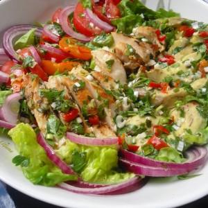 Пролетна салата со гриловано пилешко