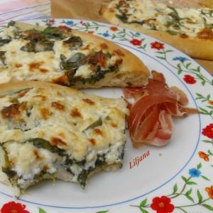 Бела пица со спанаќ