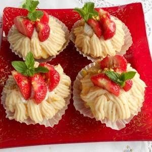 Кремасти кошнички со јагоди и лешници