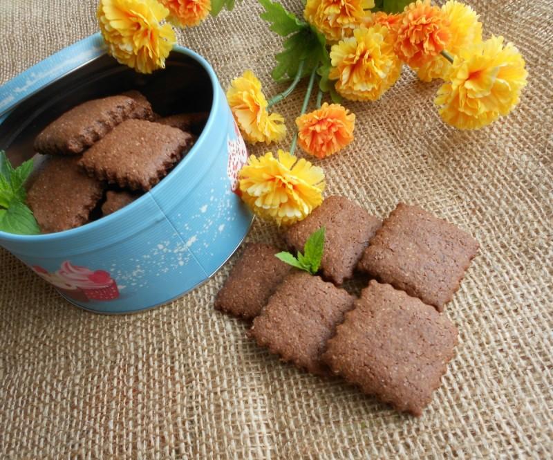 Суви ароматични кекси со рогач, какао  и интегрално брашно