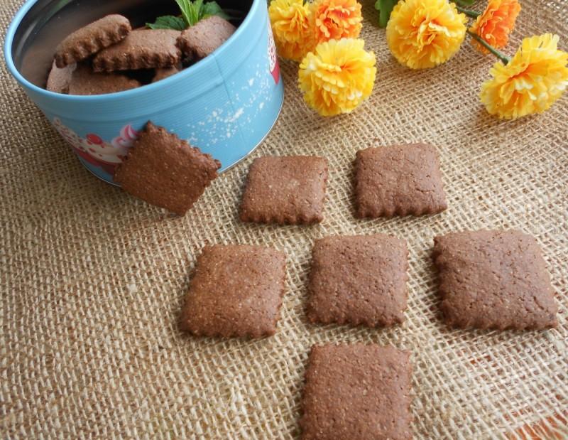 Суви ароматични кекси со рогач и интегрално брашно