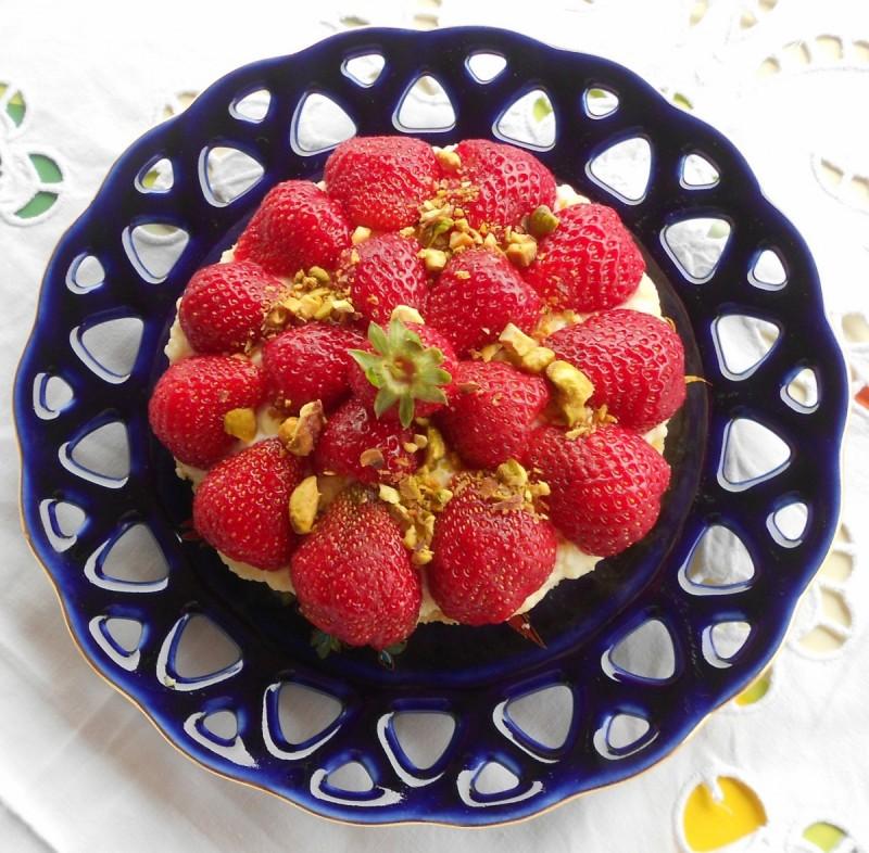 Кремаст колач со јагоди