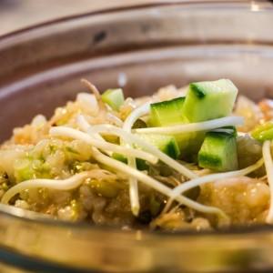 Ориз со никулци од зелен грав, краставици и кикиритки (кинеско)