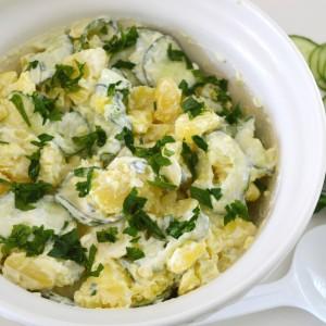 Пролетна салата со компири и свежа краставица