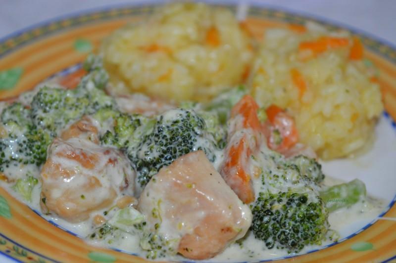 Пилешко со брокула и моркови и прилог ориз