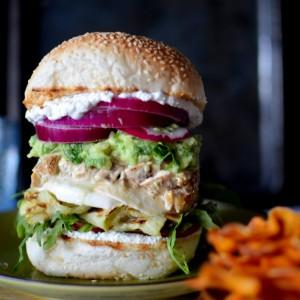Сендвич со пилешко на грил и премаз од фета сирење