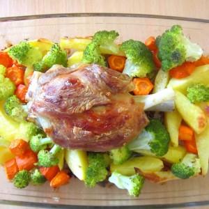 Свинска коленица со зеленчуци