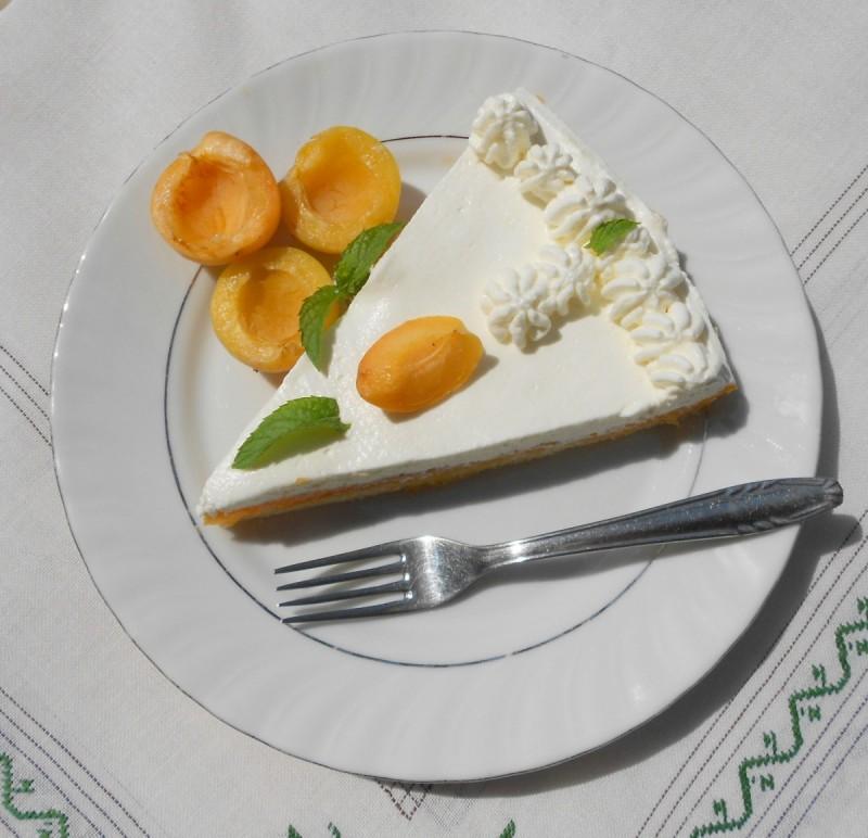 Нежен тарт со кајсии и маскарпоне сирење
