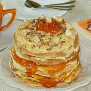 Лешник палачинка торта со џем од кајсии и крем сирење
