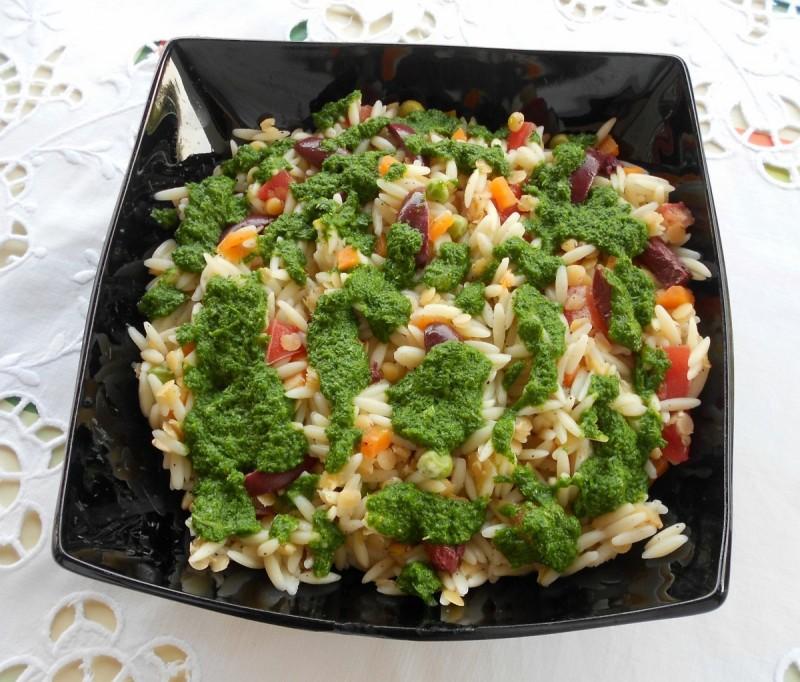 Шарена орзо-паста салата со песто од магдонос (вегетаријански оброк)