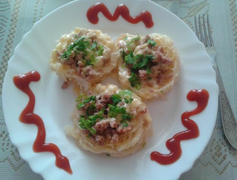 Гнезда од фиде со мелено месо