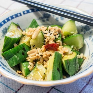 Кинеска салата со краставици и кикиритки