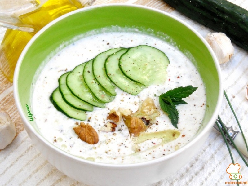 Освежителна јогурт супа со краставици