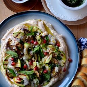 Хумус со модар патлиџан и тиквичка на грил и прелив од нане мента