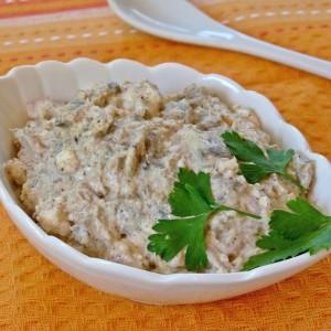 Крем салата со модар патлиџан, сирење и бадеми