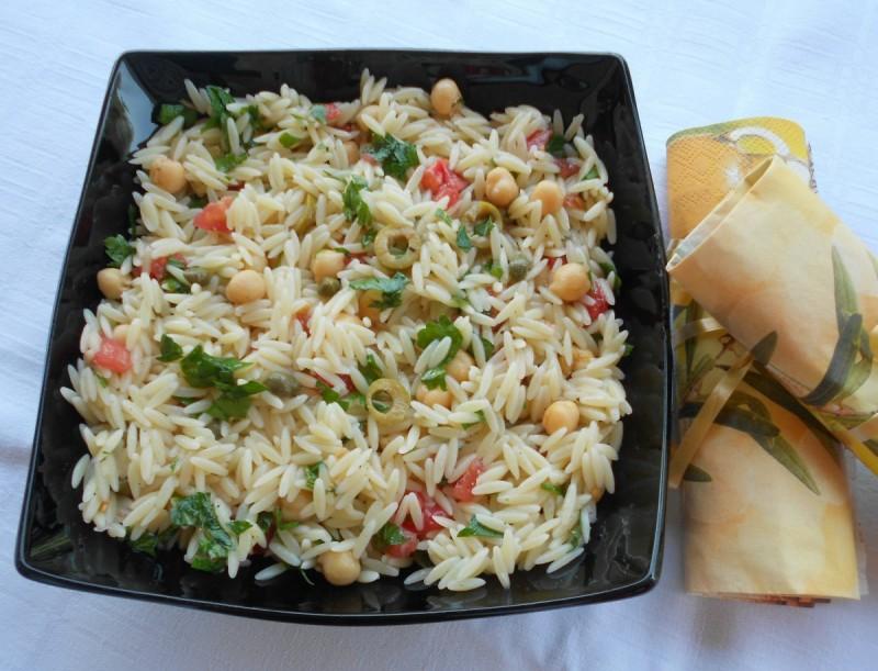Летна салата со наут, орзо тестенина и лимета