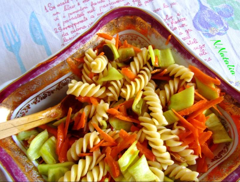 Салата со макарони и пиперки