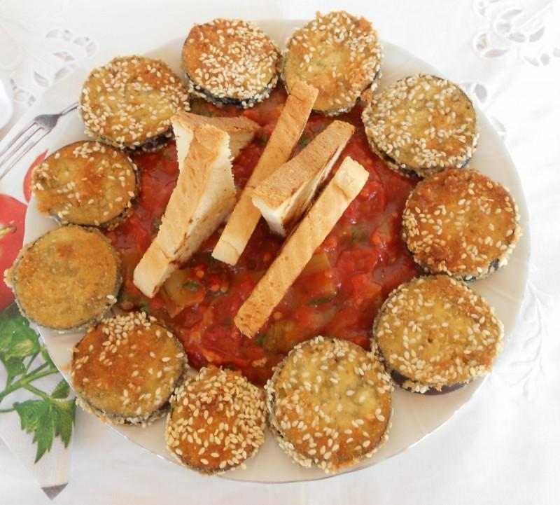 Летно мезе од црвен домат, модар патлиџан и пиперки
