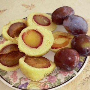 Кнедли од компир со модри сливи