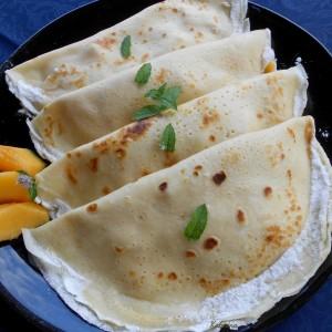 Палачинки со фил од крем сирење, мешан мармалад  и свежи праски