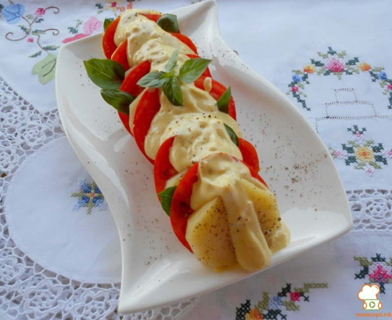 Салата од варен компир, црвени домати и дресинг со жолчка и мајонез