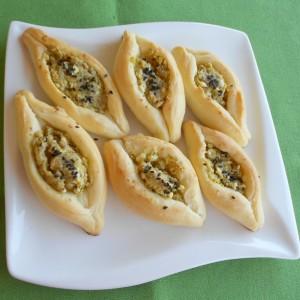 Солени бродчиња со фил од ореви и сирење