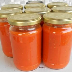 Доматен сос со босилек