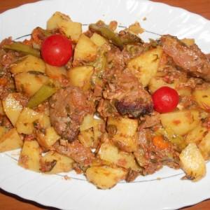 Маринирано месо од дива свиња во земјена тава