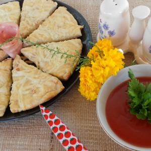 Сконси - погачици со сирење и мортадела на англиски начин