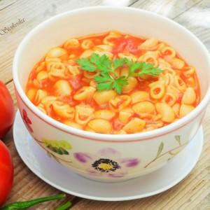 Макарони во доматен сос