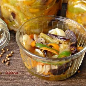 Мешана салата со модар патлиџан, морков и пиперки