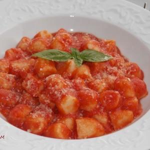 Њоки со рикота во доматен сос