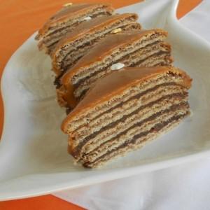 Бисквитна торта со карамел прелив (без печење)