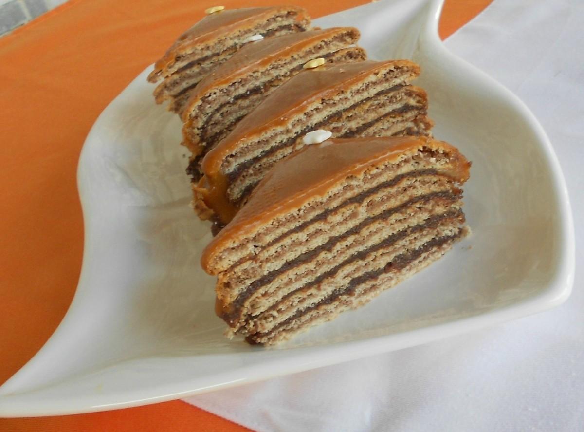 Бисквитна торта со карамел прелив  без печење