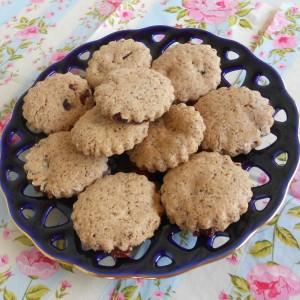 Интегрални кекси со брусница, чиа и лененео семе