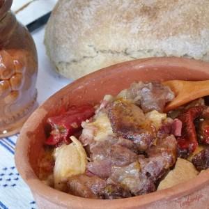 Македонска тава со месо од дива свиња и суви пиперки