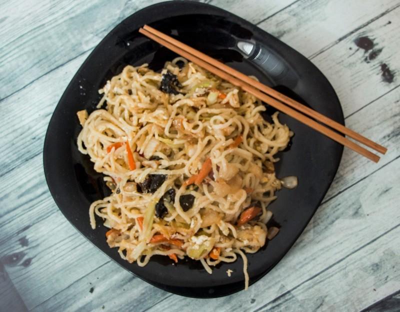 Домашни тестенини пржени со зеленчук на кинески начин