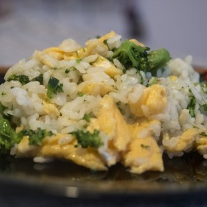 Пржена брокула и јајца со ориз (кинеско)